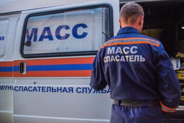 Спасатели передали мужчину врачам скорой помощи