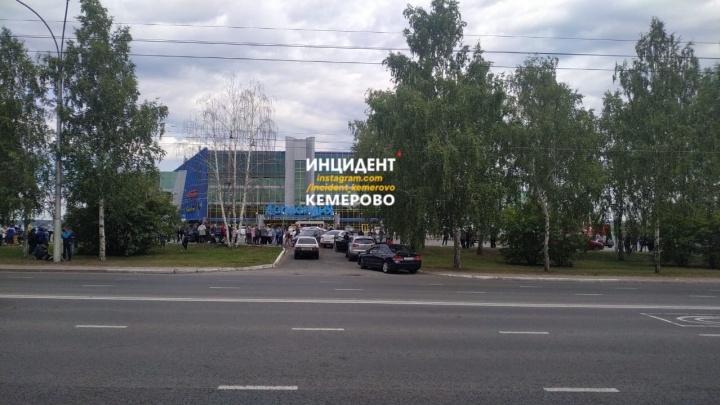 В Кемерово проверяют все ТЦ из-за сообщений о минировании