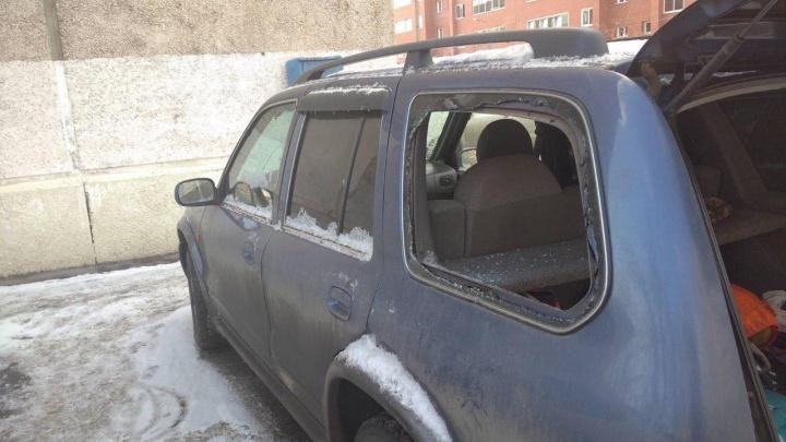 Ночью во дворе на Семафорной воры разбили стекла и забрали ценности из 7 авто
