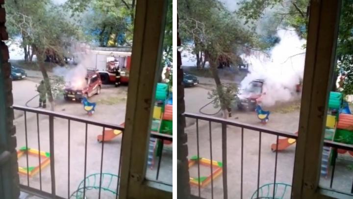 В Новосибирске на детской площадке загорелся кроссовер