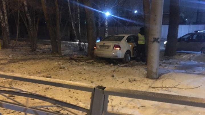 Въехал в столб и сбежал: полиция ищет таксиста, совершившего ДТП в Кировском районе Новосибирска
