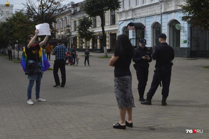 В День ВДВ ярославский гомоактивист, прикрываясь полицией, провёл одиночный гей-парад — и ему разбили только очки (ФОТО, ВИДЕО)