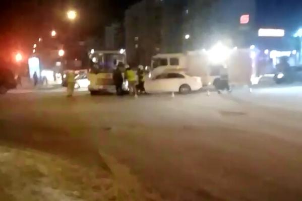 Машина и автобус столкнулись в 20:10
