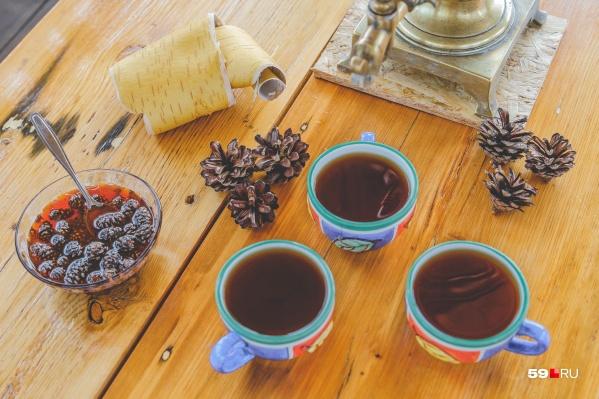 В чашках напиток из иван-чая