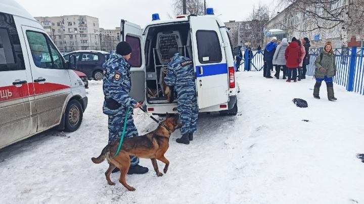 «Выдали куртки и повели в 20-ю школу»: из школы № 33 в Архангельске вывели людей из-за звонка анонима