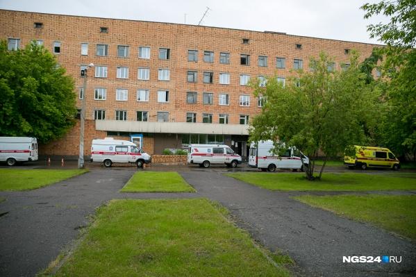 Территория красноярской 20-й больницы, где развёрнут один из ковидных госпиталей
