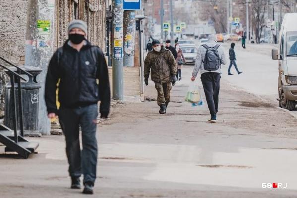 В Прикамье всё больше людей ходят в масках, но это только одно из решений проблемы