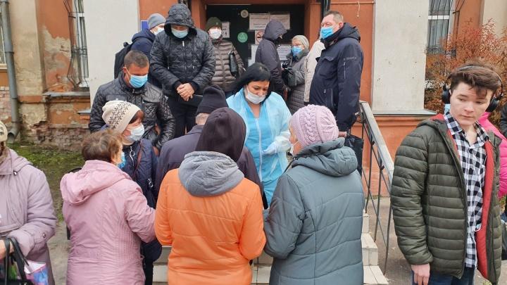 «Чтобы родственники на похоронах не боялись»: у COVID-лаборатории выстроились очереди за тестами