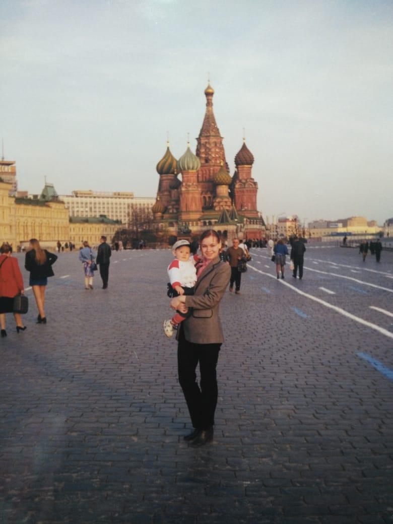 Журналистка НГС Алина Каур почти сразу после рождения побывала в Москве. Пиджаки, похожие на тот, что носила мама Алины, часто можно увидеть в фильмах и сериалах про 90-е