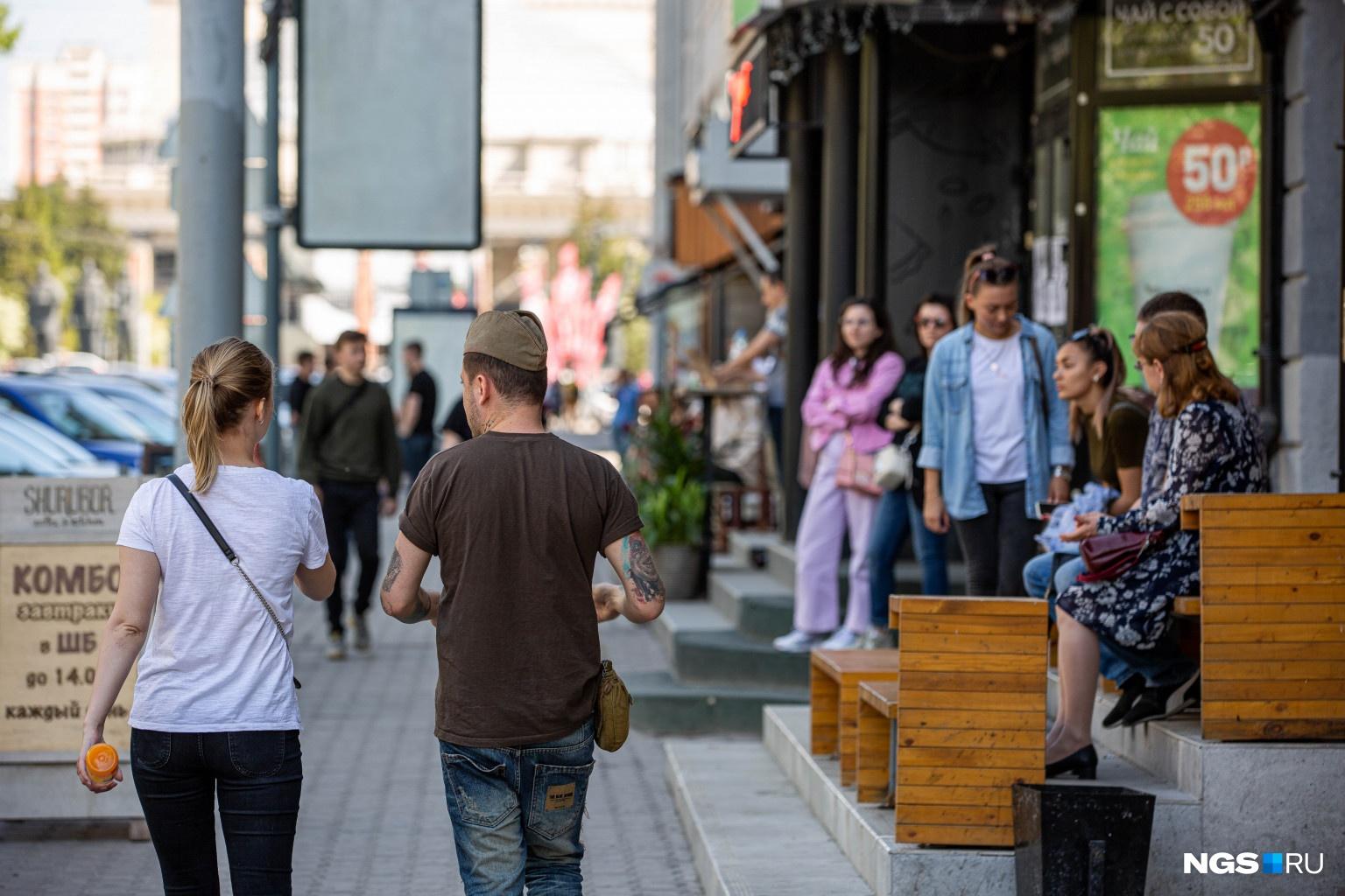Новосибирцы уже облюбовали лавочки возле кафе и баров