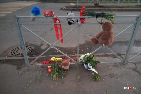 Горожане приносили цветы и игрушки к месту гибели мальчика