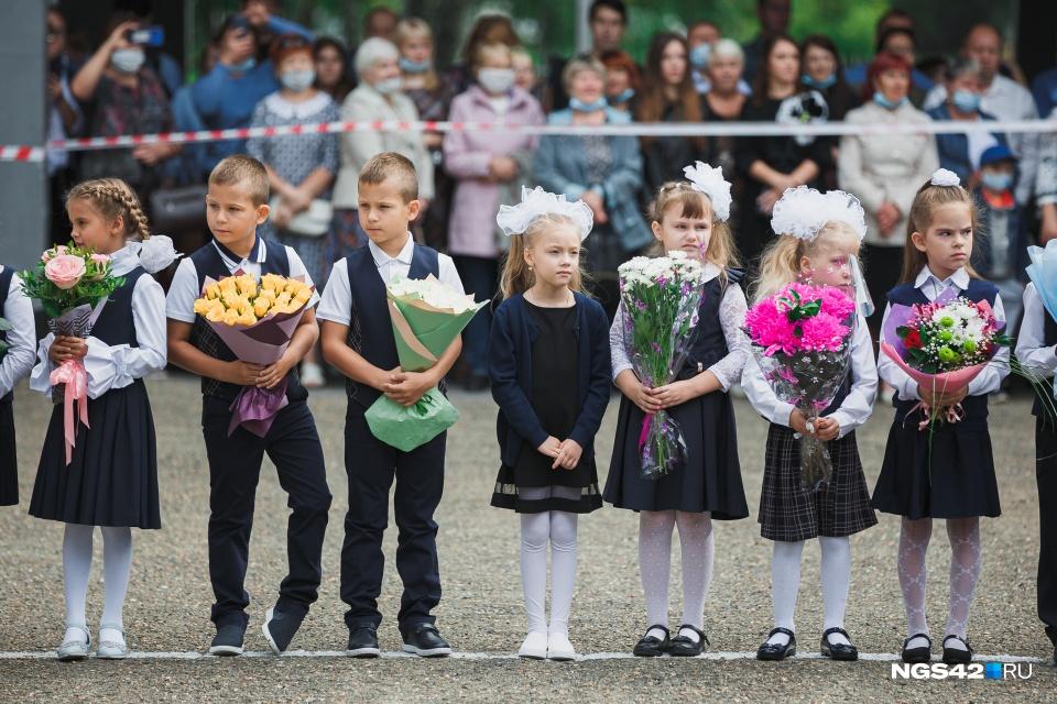 Кемерово, День знаний. Из-за коронавируса родителям запретили заходить в школы и присутствовать на торжественных линейках. Но многие всё равно пришли и стояли за ограждающей лентой