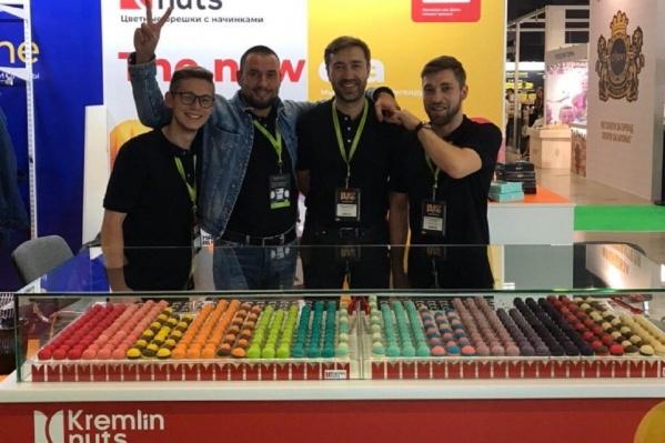 Создатели ярких орешков Рамиль Письменский, Алексей Матыцин (второй и первый справа) и их коллеги