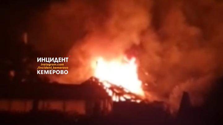 На видео попал ночной пожар под Кемерово. Его тушили больше 20 минут