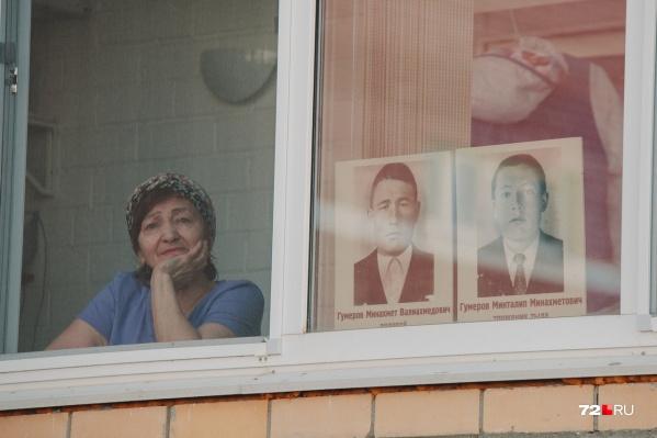 Военные песни зазвучали во дворах Тюмени. Жители домов вышли на балконы вместе с портретами участников Великой Отечественной войны