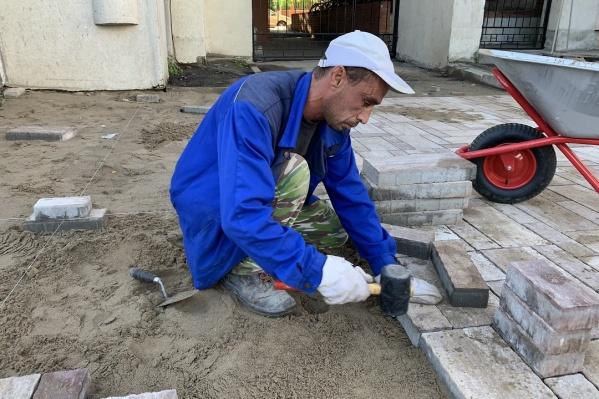 Рабочие почти закончили укладывать плиткунапротив домов № 285–301