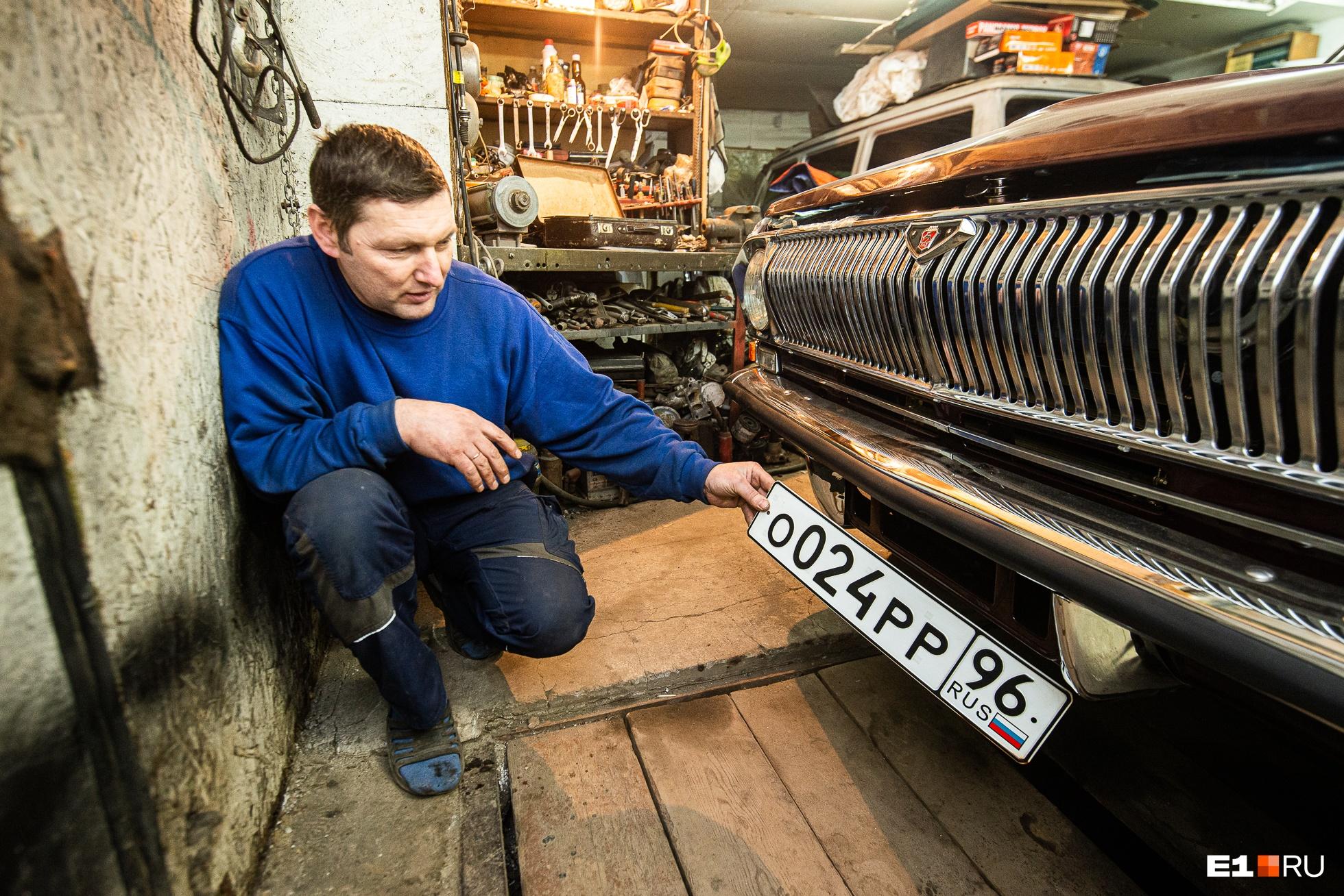 Реставратор машин Алексей Смирнов — большой фанат «Волг». Сам он передвигается на 21-й модели