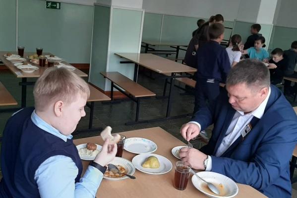 На фото мэр Анжеро-Судженска пробует школьную еду