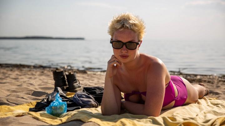 Горячий репортаж с пляжа в Академгородке — смотрим, как народ спасается от жары (нам хочется так же!)