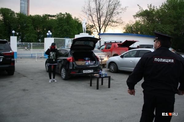 Полицейские разогнали кальянщиков у «Космоса», которые нарушали масочный режим