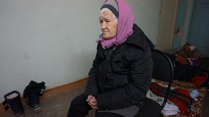 Бездомная 80-летняя женщина без прошлого поселилась в подъезде общежития