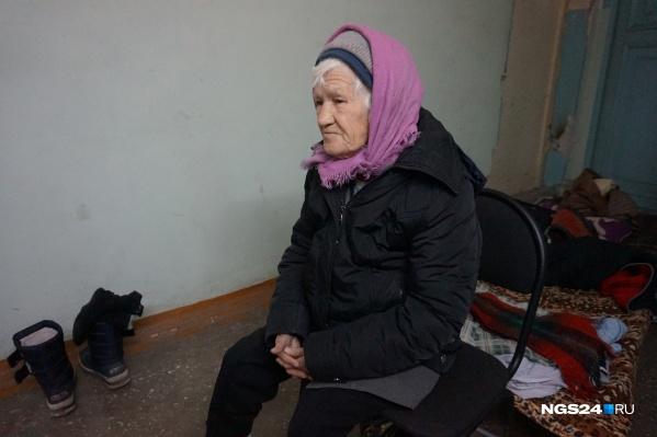 Надежда Ивановна спит на раскладушке в углу подъезда