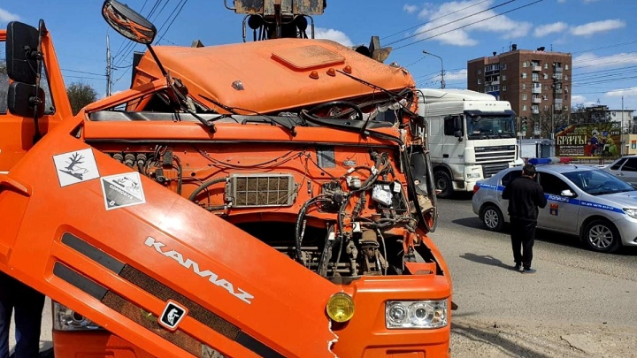 «Водитель был в шоке и не мог встать»: в Кировском районе Волгограда КАМАЗ вылетел на тротуар