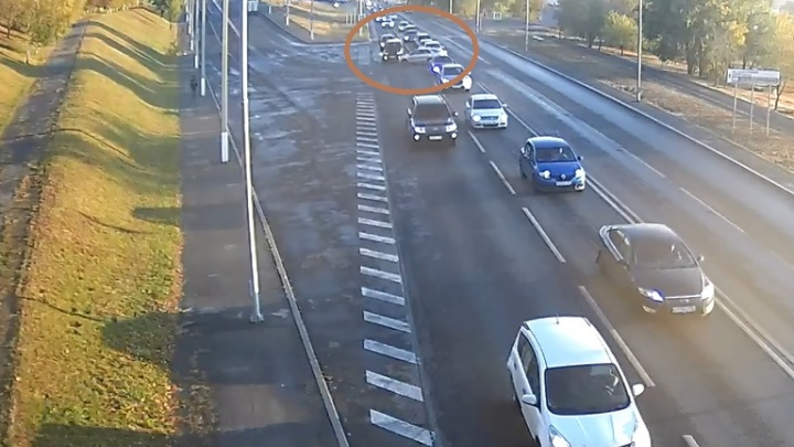 Перекрыли всю дорогу: в центре Волгограда дама на иномарке подбила УАЗ