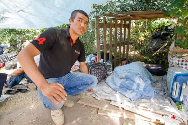 Узбекский мигрант ждет поезд домой в самопальном жилище у станции Первомайской