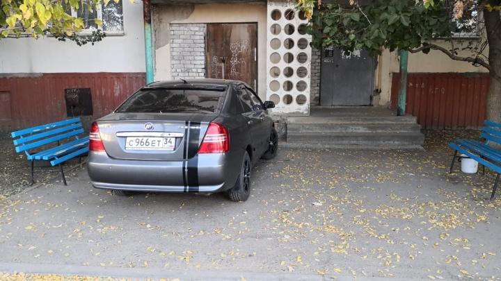Парковка как способ самоутверждения: автохамы Волгограда оккупировали пространство у подъездов