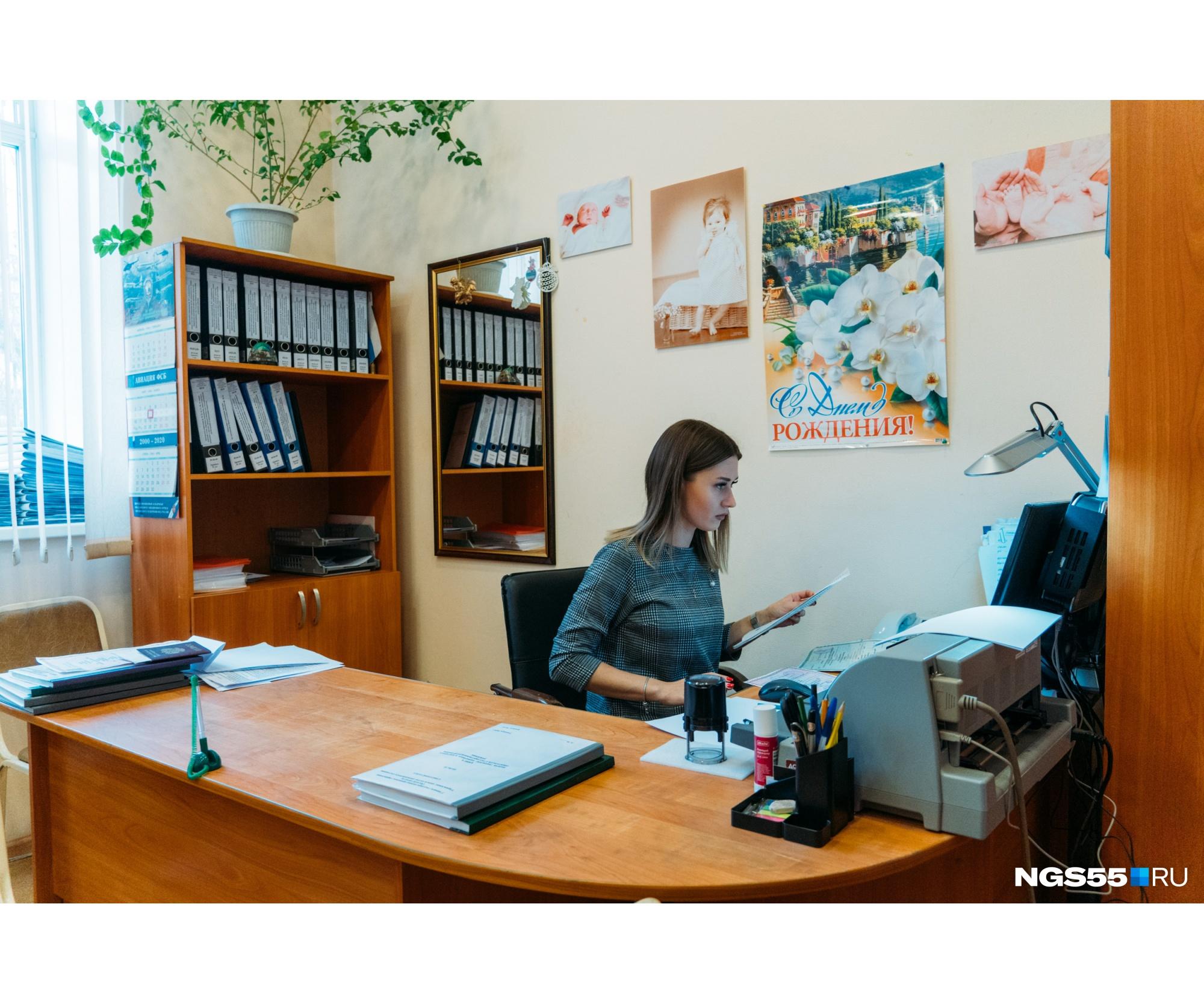 Кабинеты сотрудников идентичны друг другу. В Советском ЗАГСе работают только женщины. Все соблюдают строгий дресс-код.
