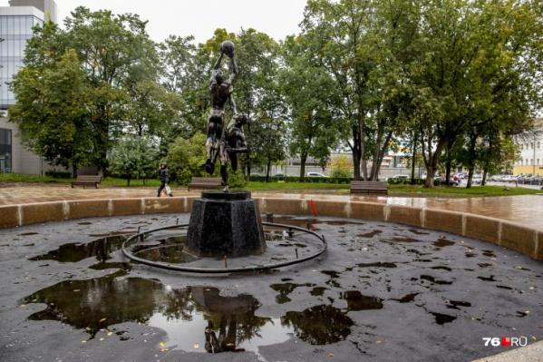 При благоустройстве скверов на площади Труда дно фонтанов заасфальтировали