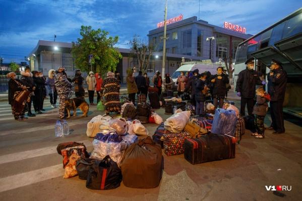 Последний автобус с иностранцами прибыл рано утром 25 сентября