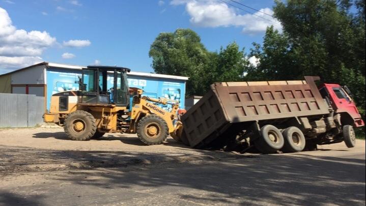 «Подземная дорога найдена»: в Ярославской области под землю провалился еще один грузовик. Фото