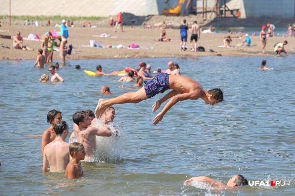 Молодежь устраивает рукотворный аквапарк