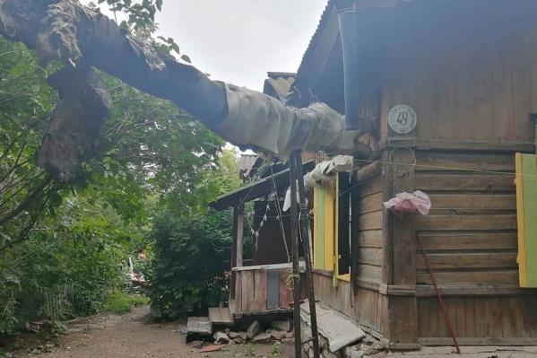 Деревянный барак, по информации депутата, построили в начале прошлого столетия