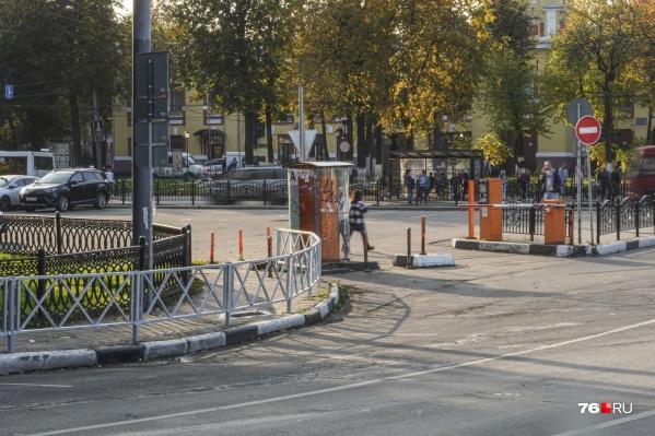 Оцинкованные заборы в Ярославле натыкали не только в спальных районах, но и в историческом центре, охраняемом ЮНЕСКО