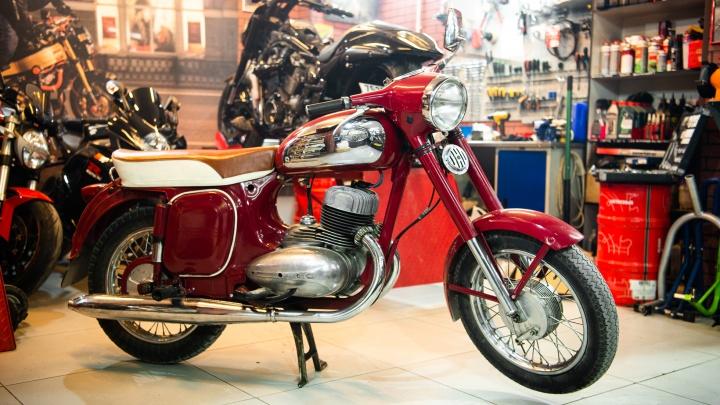«Он искал его 40 лет»: екатеринбуржец исполнил мечту отца и купил ему раритетный мотоцикл