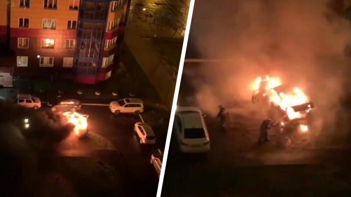 В Екатеринбурге во дворе жилого дома ночью сгорел джип. Показываем видео