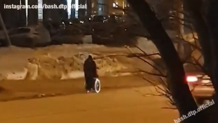 Уфимцев возмутило видео, на котором инвалида-колясочника катали по проезжей части