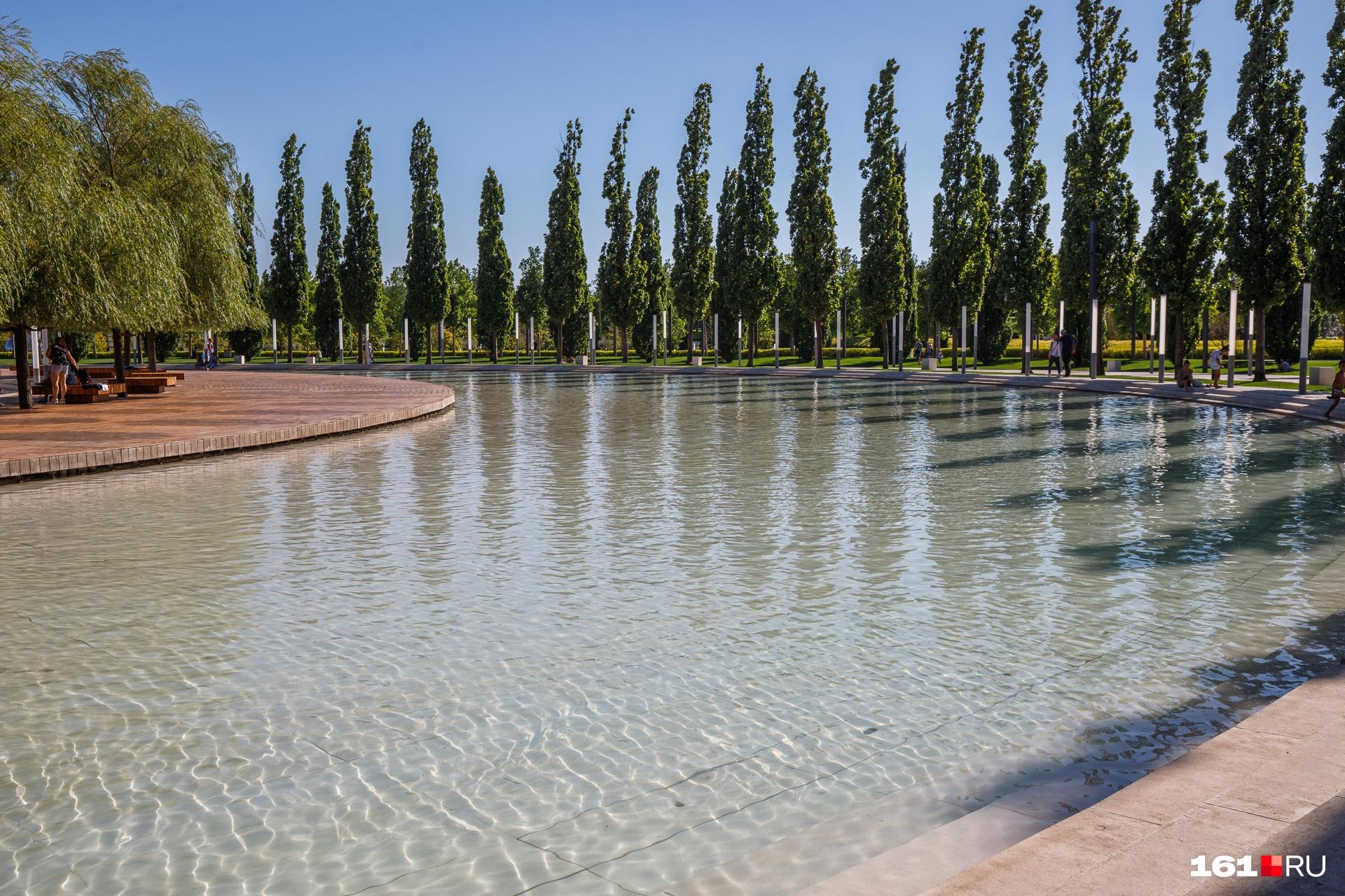В парке очень много водоемов, что спасает горожан в жаркую погоду. В некоторых прудах живут рыбы<br>