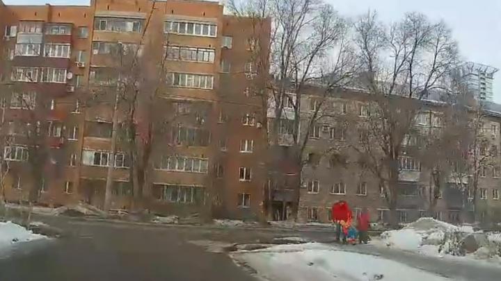 Житель Самары снял на видео, как отец бьет ребенка и бросает в сугроб