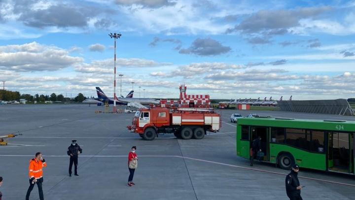Пассажиры самолета с отказавшим двигателем вылетели запасным бортом: онлайн