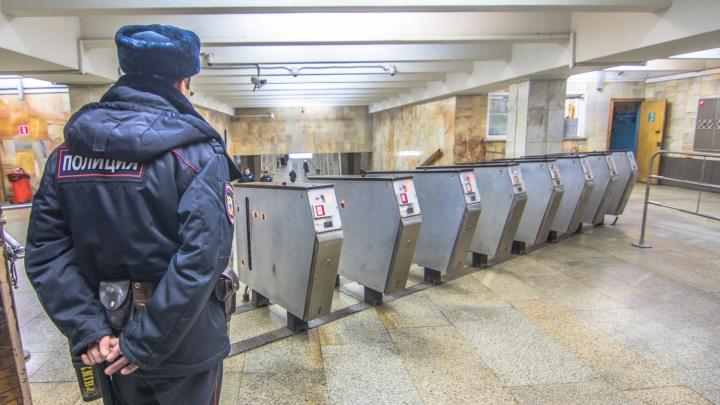 Станцию метро «Российская» оцепили из-за подозрительного пакета