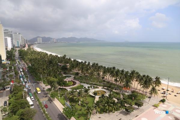 Вид на первую береговую линию в Нячанге (Вьетнам)