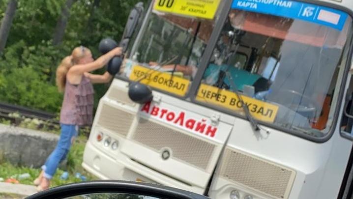 Реквием по перевозкам: новокузнецкие транспортники выпустили на линию маршрутки с черными шарами
