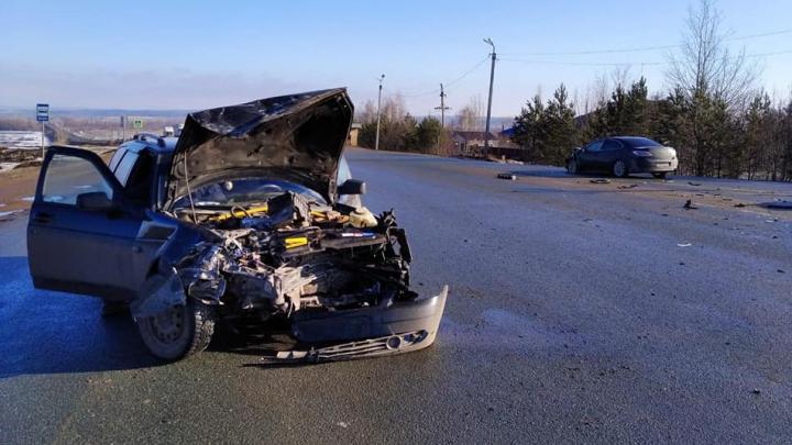 В Уфе водителя «Лады» с переломами отправили в больницу после того, как его машина врезалась в Mazda