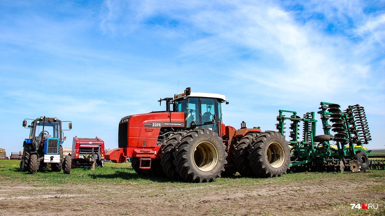 Трактор «Ростсельмаш 2375», по словам Дениса, довольно старомоден, но неприхотлив и надёжен. А ещё убойно выглядит