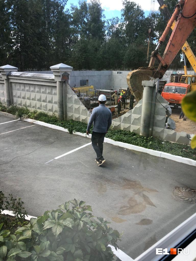 По словам жильцов, забор сносили с нарушениями и не предупредив