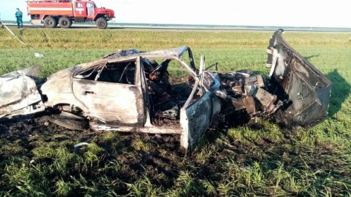 В сгоревшей после ДТП иномарке на тюменской трассе нашли тело водителя
